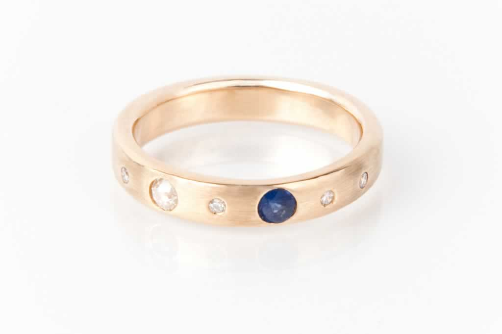 Two Leap_Anniversary_Ring_His_Yellow gold_sapphire_diamonds_POPPY